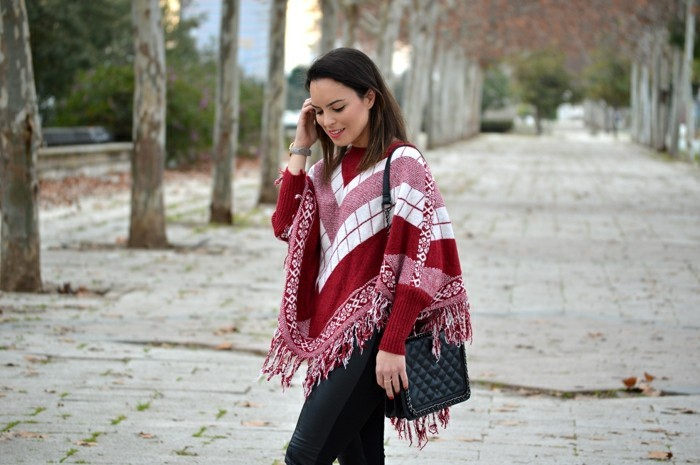 poncho-mode-cape-en-rouge-et-blanc-avec-des-motifs-géométriques