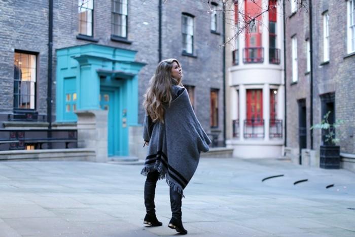 poncho-mode-cape-long-en-gris-avec-des-lignes-noirs-pantalon-foncé