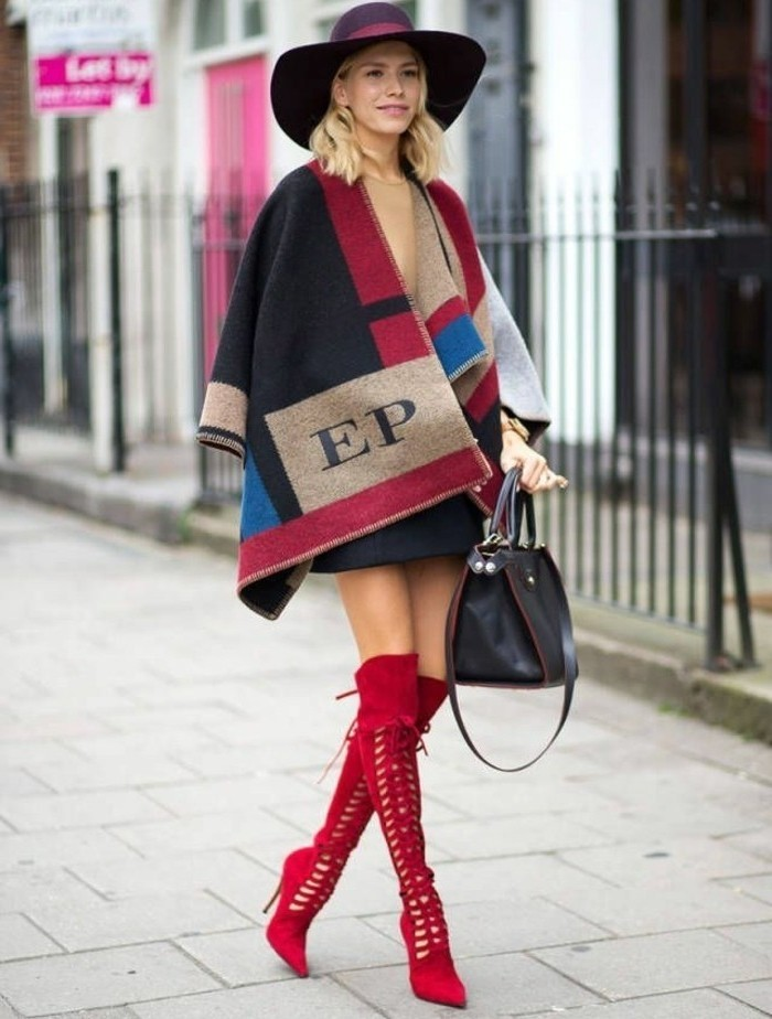 poncho-mode-couleurs-rouge-beige-noir-et-bleu-bottines-hautes-en-rouge