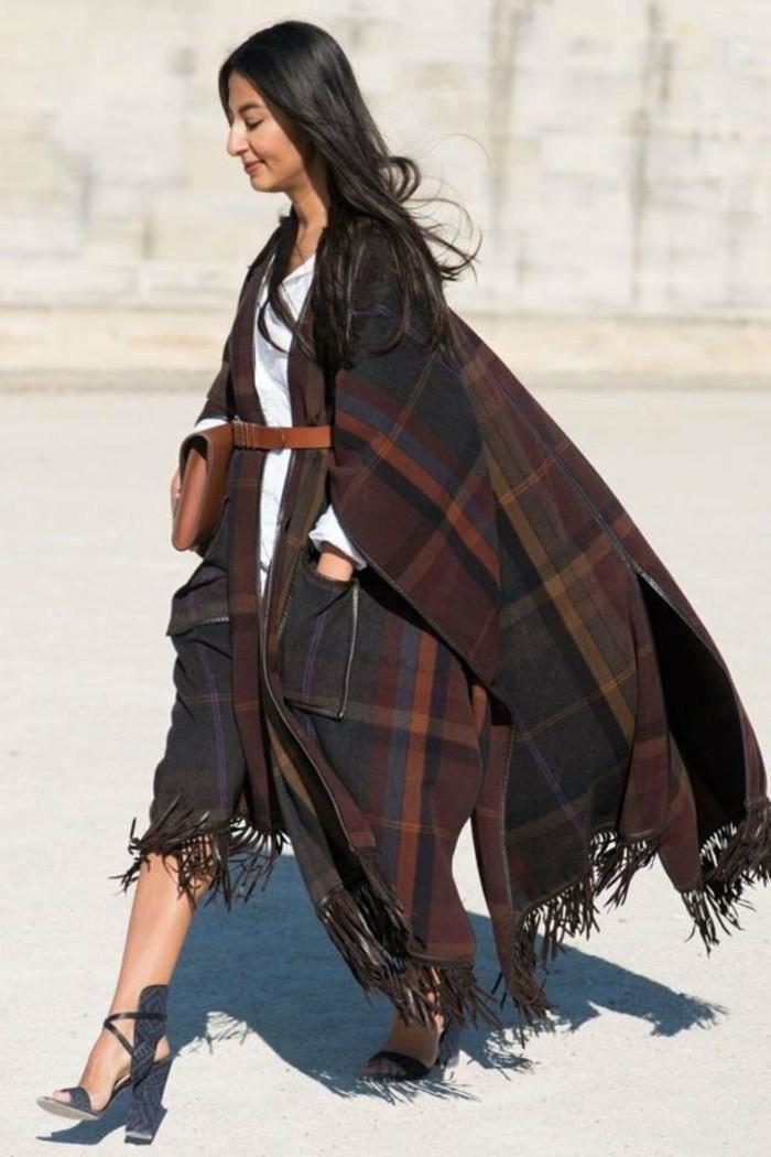 poncho-mode-marcher-avec-une-confidence-chaussures-hautes-ceinture-sur-le-poncho-long