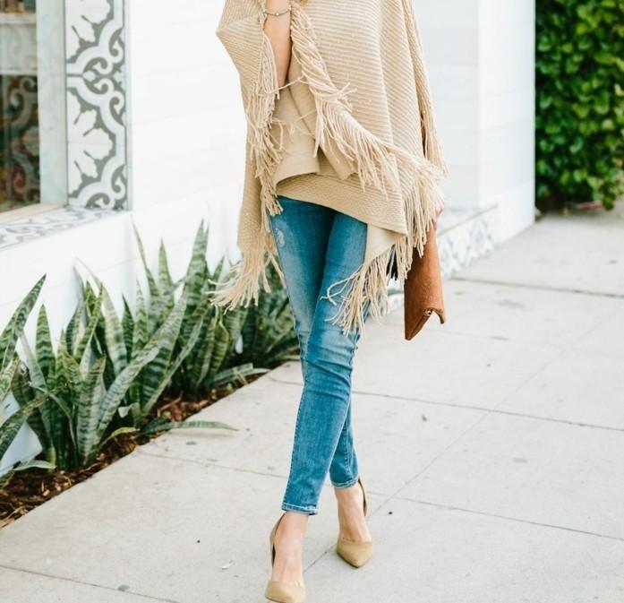 poncho-mode-paire-de-jeans-claires-a-combiner-avec-chaussures-et-cape-beiges