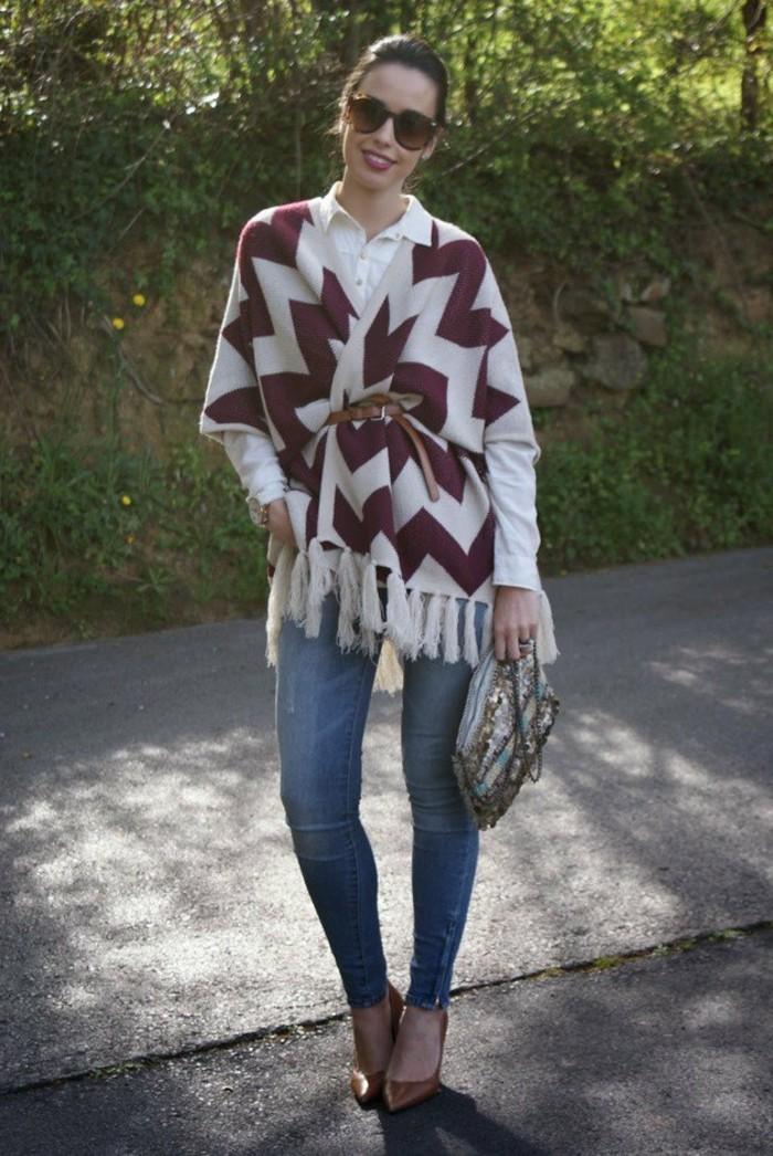 poncho-mode-porter-avec-une-ceinture-marron-modele-avec-des-fringes
