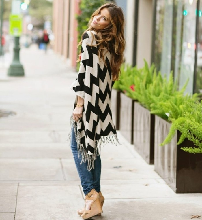 poncho-mode-vision-feminine-avec-des-chaussures-hautes-et-paire-de-jeans