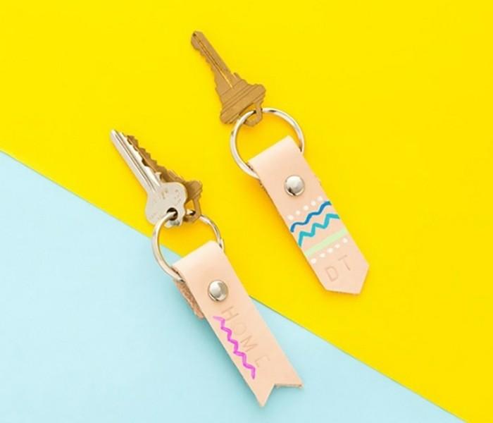 porte-clé-en-cuir-personnalisé-cadeau-a-fabriquer-pour-sa-meilleure-amie-projet-diy