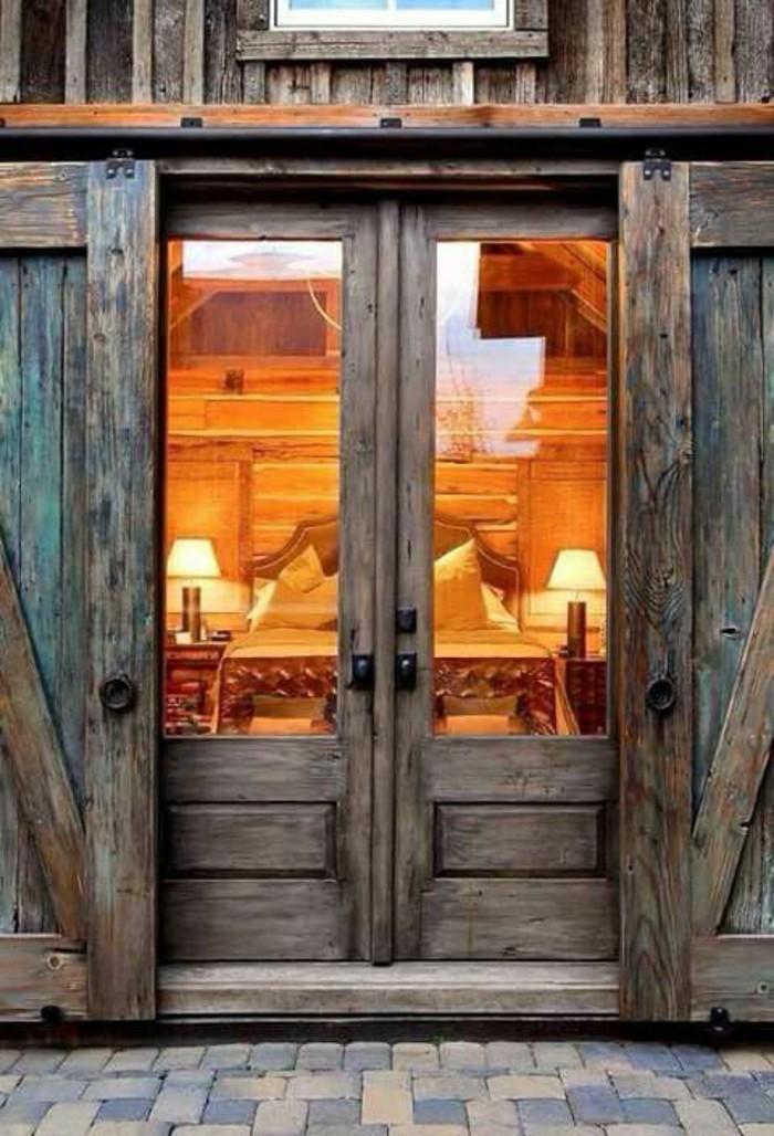 porte-de-grange-extérieure-villa-rustique-en-bois