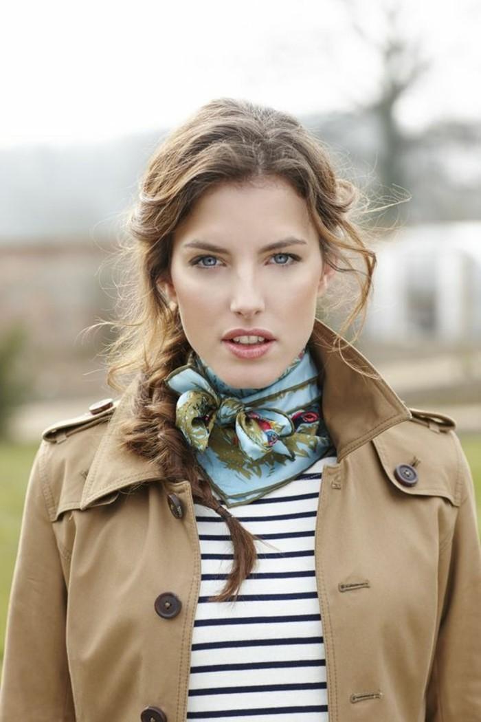 porter-un-foulard-le-petit-foulard-en-soie-pliage-echarpe