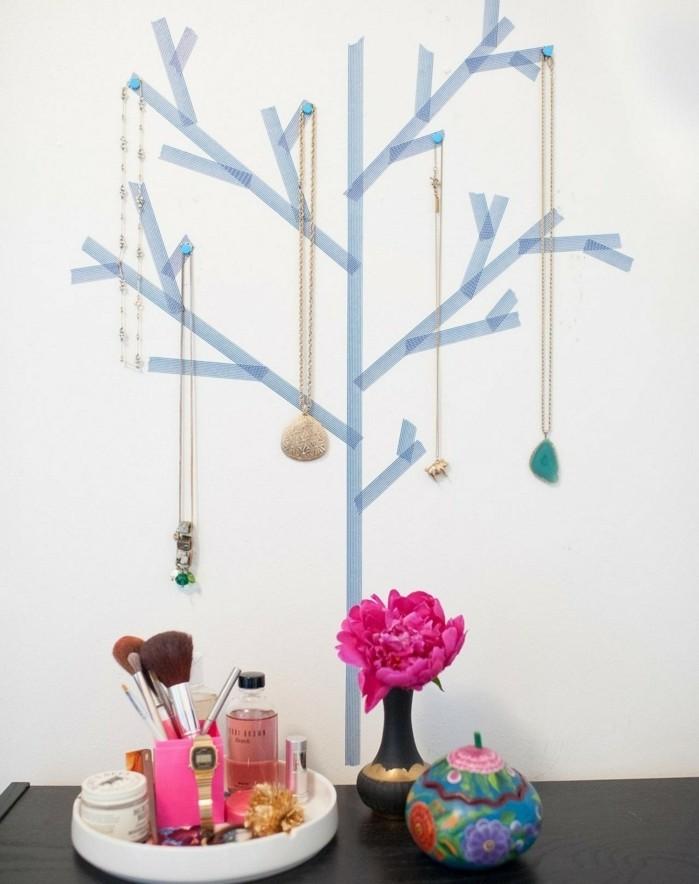 presentoire-bijoux-a-fabriquer-soi-meme-arbre-a-bijoux-de-bandes-de-masking-tape-des-colliers-suspendus-a-des-punaises