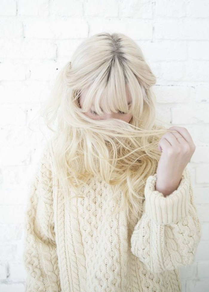 pull-oversize-cheveux-longs-couleir-blond-polaire-coiffure-avec-frange