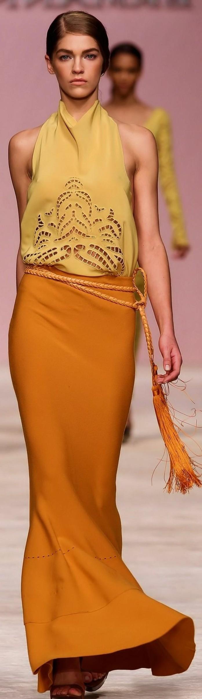 quelle-couleur-associer-au-jaune-longue-jupe-élégante-et-top-ocre