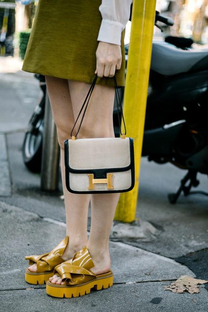 quelle-couleur-associer-au-jaune-sandales-tendance-en-couleur-épicée