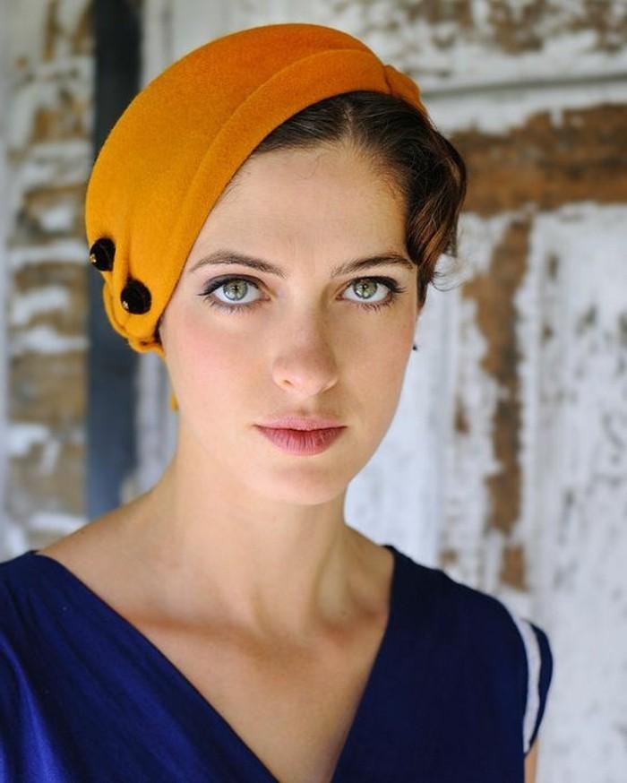 quelle-couleur-avec-le-jaune-bonnet-feutre-et-top-bleu-navy