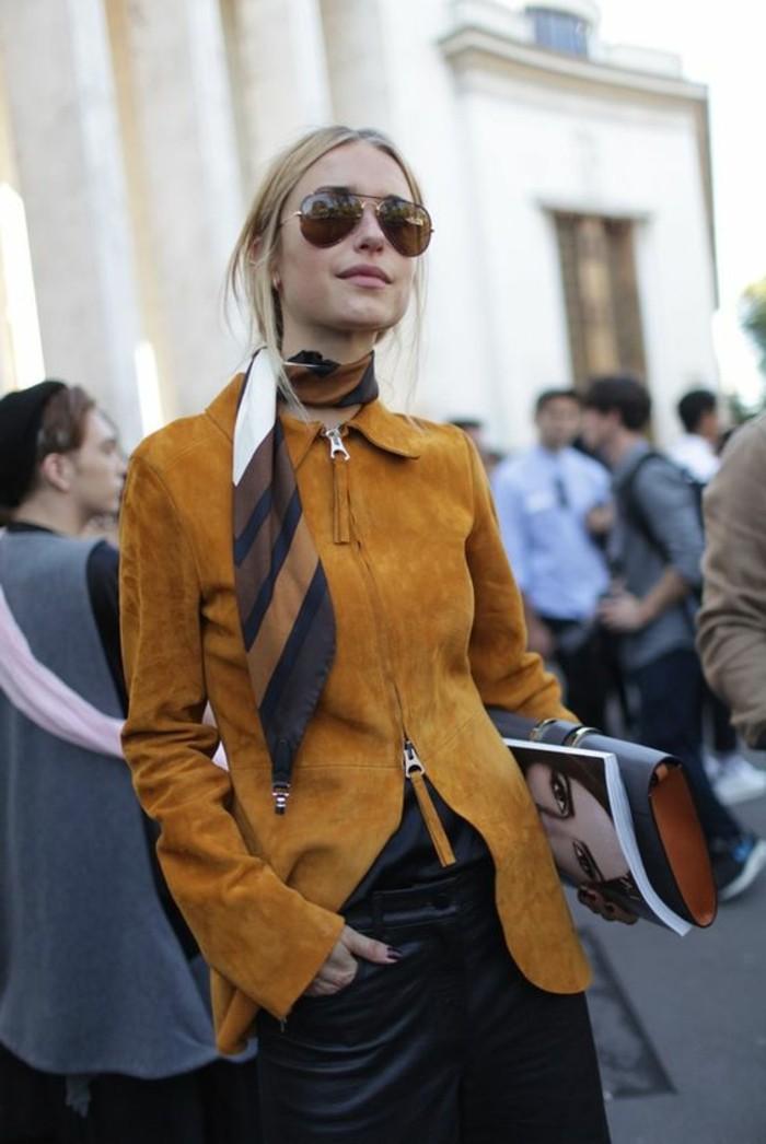 quelle-couleur-avec-le-jaune-veste-moutarde-tenue-élégante