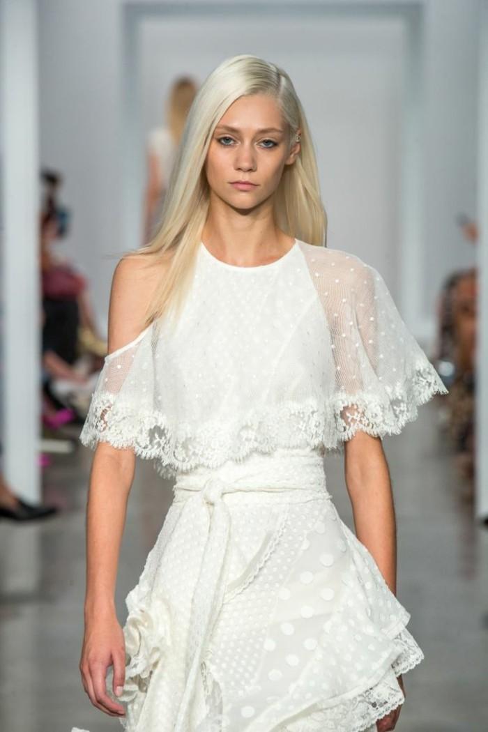racine-noir-cheveux-blond-cheveux-blond-platine-robe-blanche