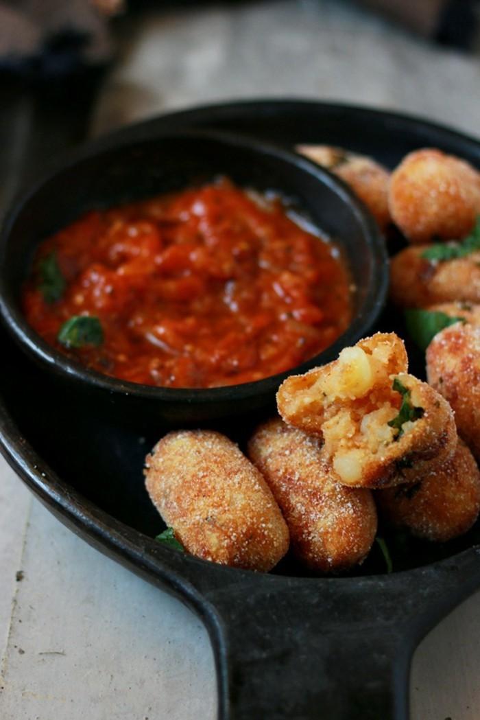 recette-avec-des-pommes-de-terre-sauce-tomates-et-herbes-vertes
