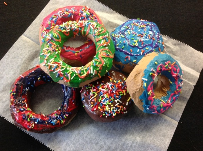 recette-papier-maché-donuts-de-couleurs-diverses-image-delicieuse--art-decoratif-resized