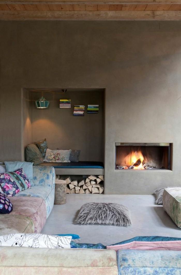 rekooking-cheminee-ambiance-bobo-chic-avec-des-coussins-colores-en-bleu-et-blanc