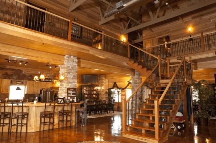 renovation-ferme-bar-chaises-hautes-colonnes-en-pierres-ambiance-moderne