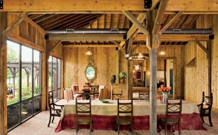 renovation-ferme-grandes-fenetres-chaises-en-bois-atmopshere-rustique-claire-lumiere