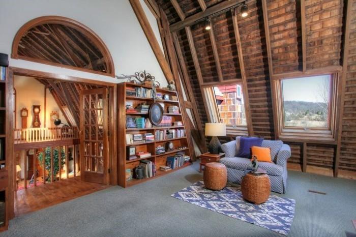 renovation-ferme-tapis-ethnique-bibliotheque-livres-anciens-arc-en-bois-portrait-coussins-en-orange-et-violet