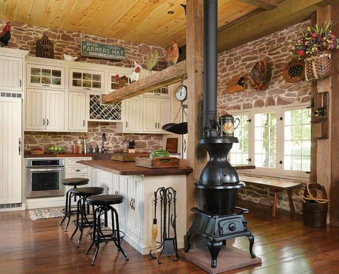 renovation-grange-cuisine-four-poele-a-bois-fleurs-sechees-horloge-chaises-en-cuir-noir