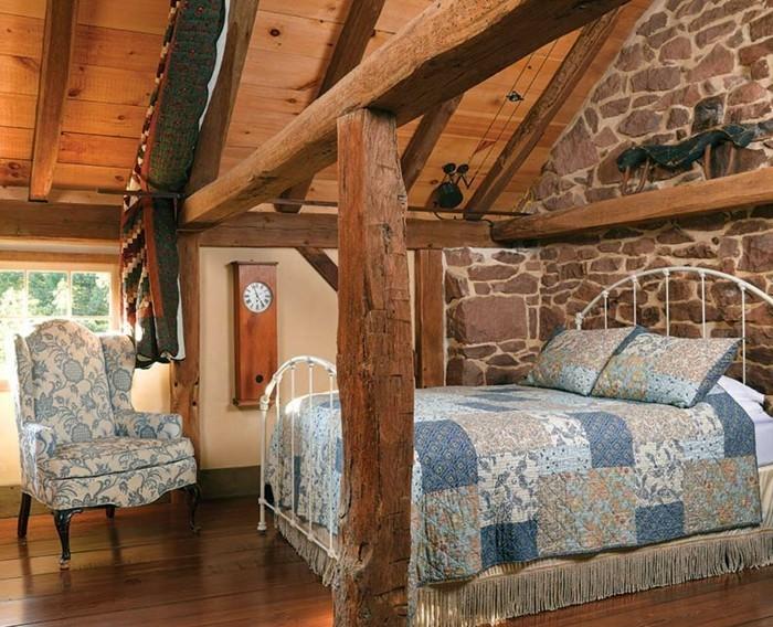 renovation-grange-grand-lit-fauteuil-en-motifs-floraux-couverture-de-lit-en-beige-blanc-et-bleu-horloge