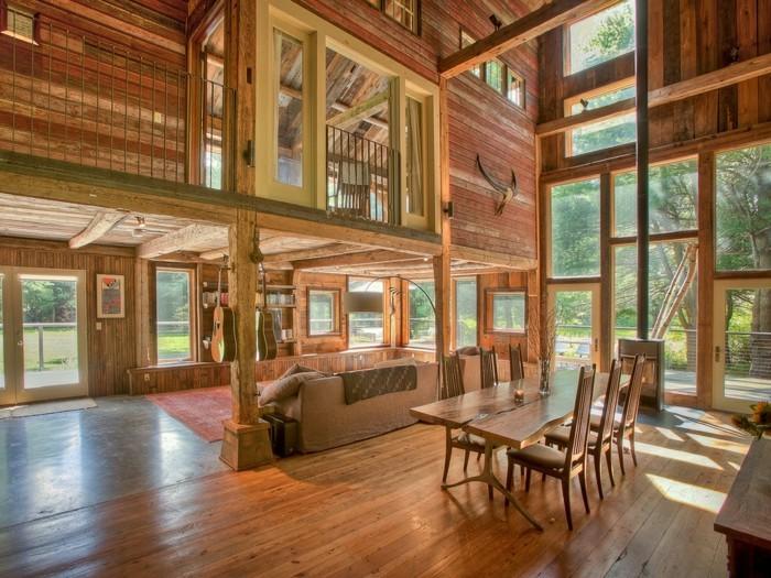 renovation-grange-simple-espace-ouvert-tapis-ethnique-hangar-transforme-bois