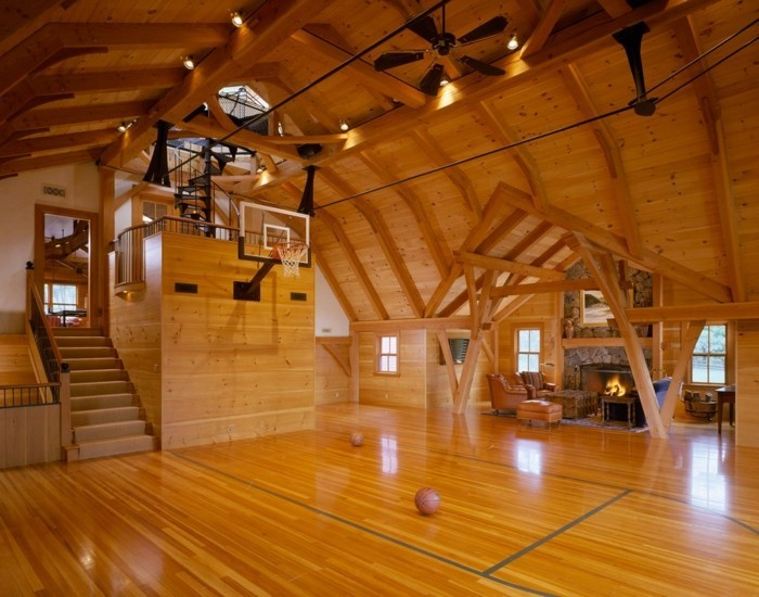 renover-grange-en-maison-idee-geniale-terrain-de-basket-cheminee-fauteils-confortables