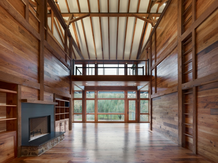 renover-grange-en-maison-interieur-unfurnished-cheminee-murs-et-parquet-en-bois