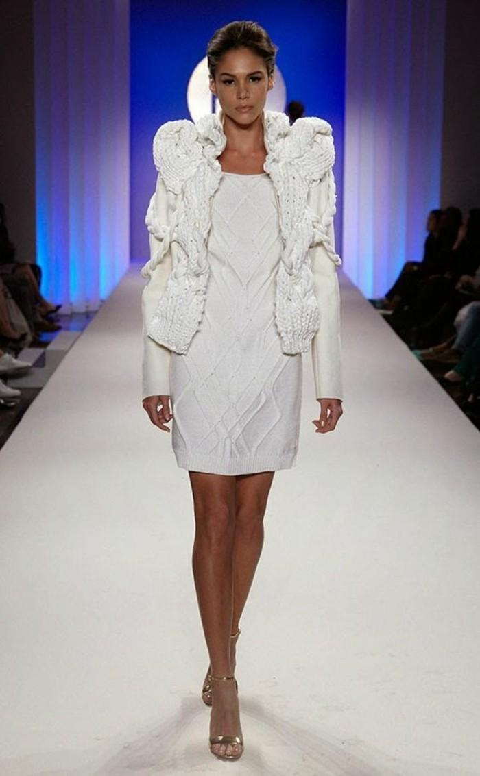 robe-en-laine-blanc-éclatant-portée-avec-une-veste-courte-blanche