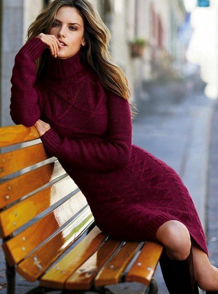robe-en-laine-en-couleur-bordeaux-aux-motifs-décoratifs-en-relief