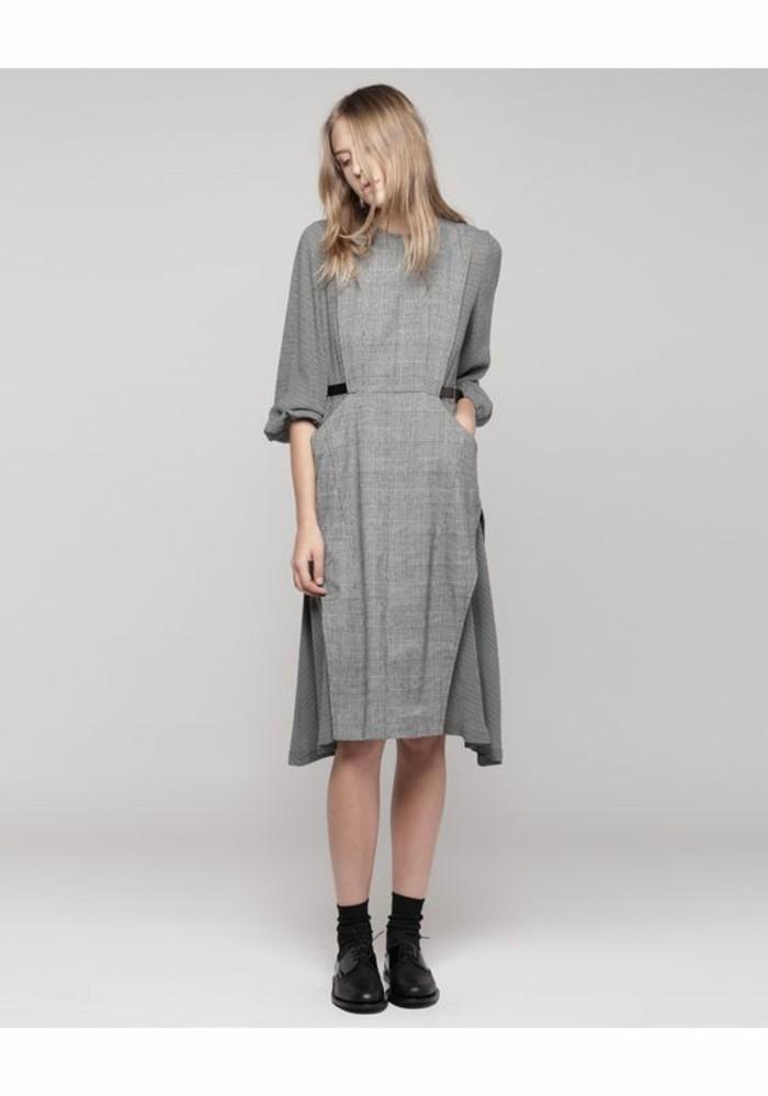 robe-en-laine-femme-asymétrique-portée-à-la-garconne