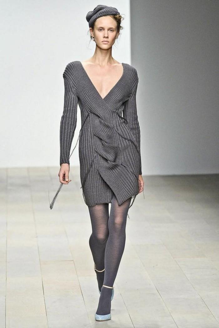 robe-en-laine-grise-asymétrique-grand-décolleté-designer
