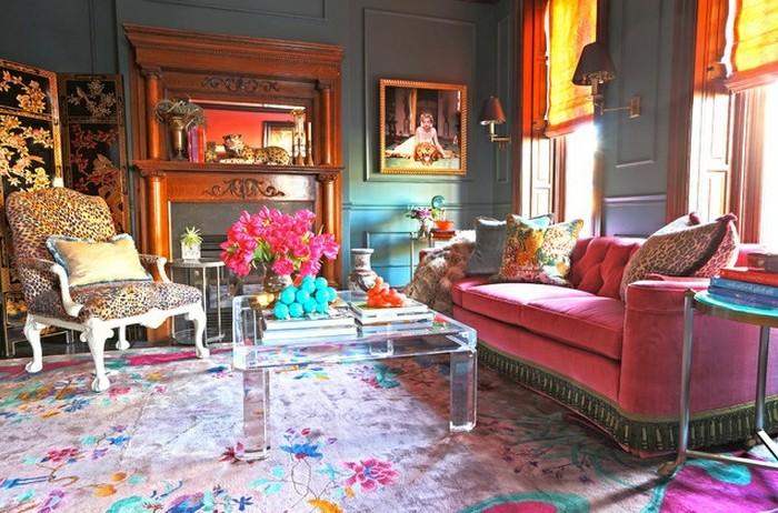 rose-framboise-tapis-à-fleurs-table-acrylique-chaise-baroque