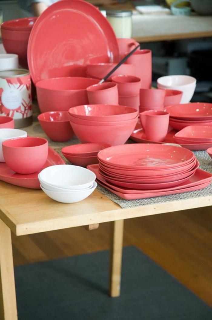 rose-framboise-ustensiles-roses-objets-de-décoration-colorés