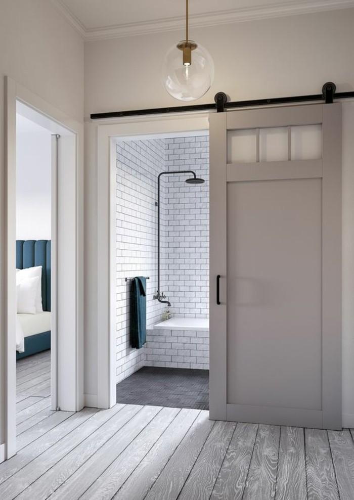 salle-de-bains-intérieur-blanc-briques-blanches-plancher-en-bois-clair