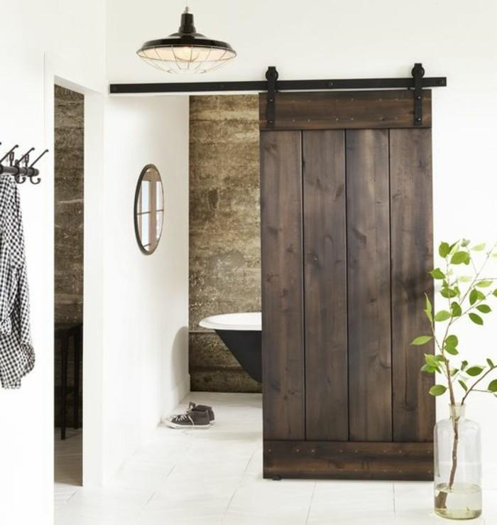 salle-de-bains-rustique-avec-baignoire-porte-de-grange-en-bois-foncé