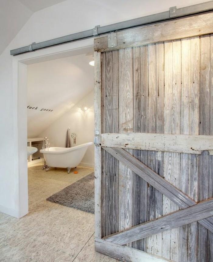 salle-de-bains-spacieuse-déco-blanche-vieille-porte-en-bois