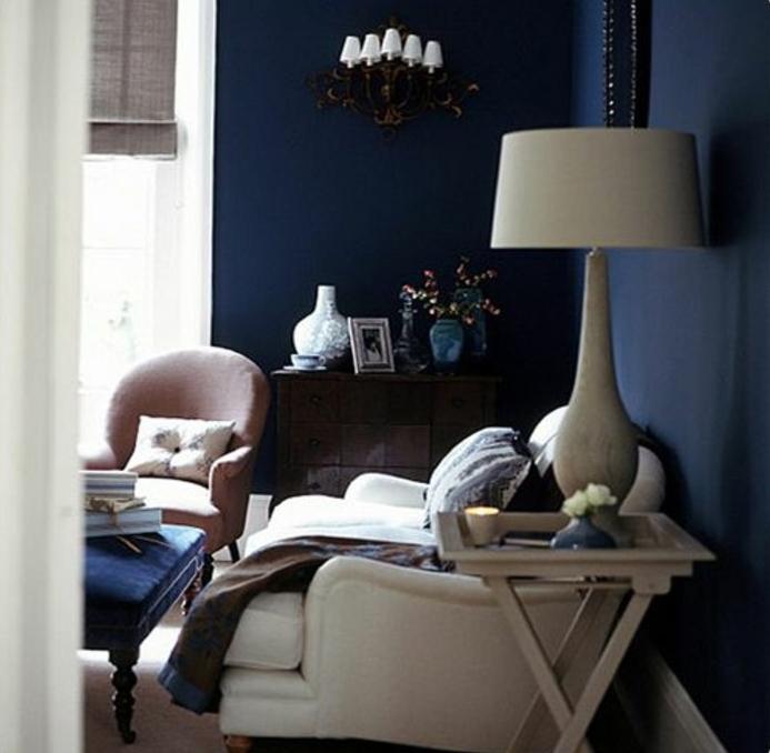 salon couleur indigo, canapé blanc, table basse indigo, fauteuil rose ...