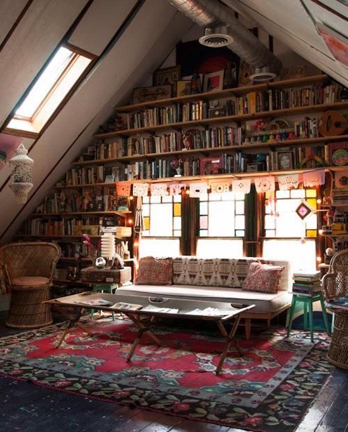salon dans les combles idées aménagement piece grenier sous toits
