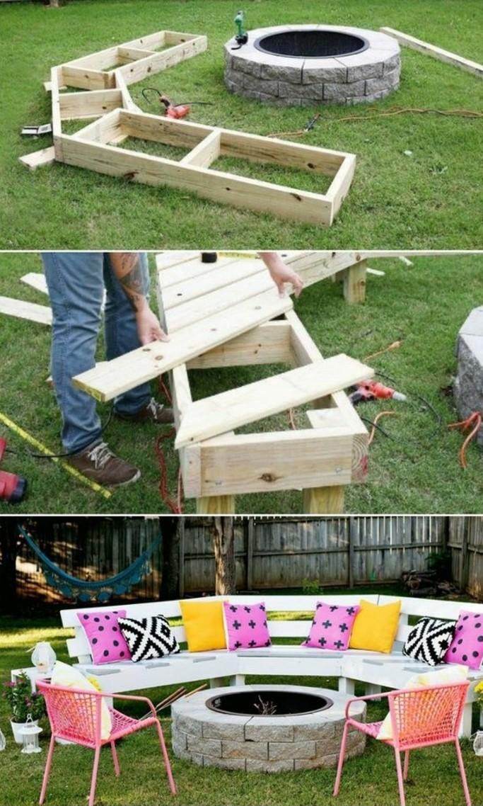 salon-de-jardin-en-palette-pour-aménager-un-coin-detente-dans-le-jardin-canapé-en-palette-peint-en-blanc-et-paré-d-une-multitude-de-coussins-multicolores
