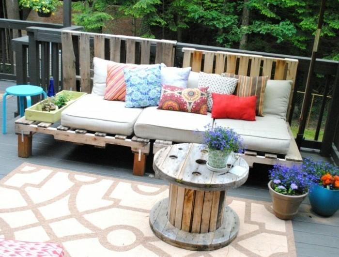 salon-de-jardin-palette-a-faire-soi-meme-idee-que-faire-avec-un-touret-table-basse-touret-canapé-en-palette-diy-coin-repos-en-plein-air