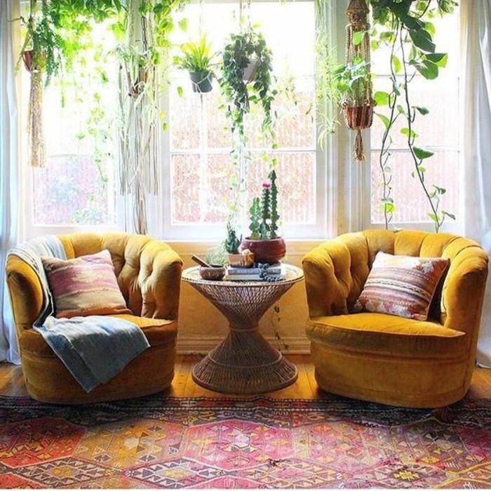 salon-gris-et-jaune-deux-grands-fauteuils-et-tapis-rouge