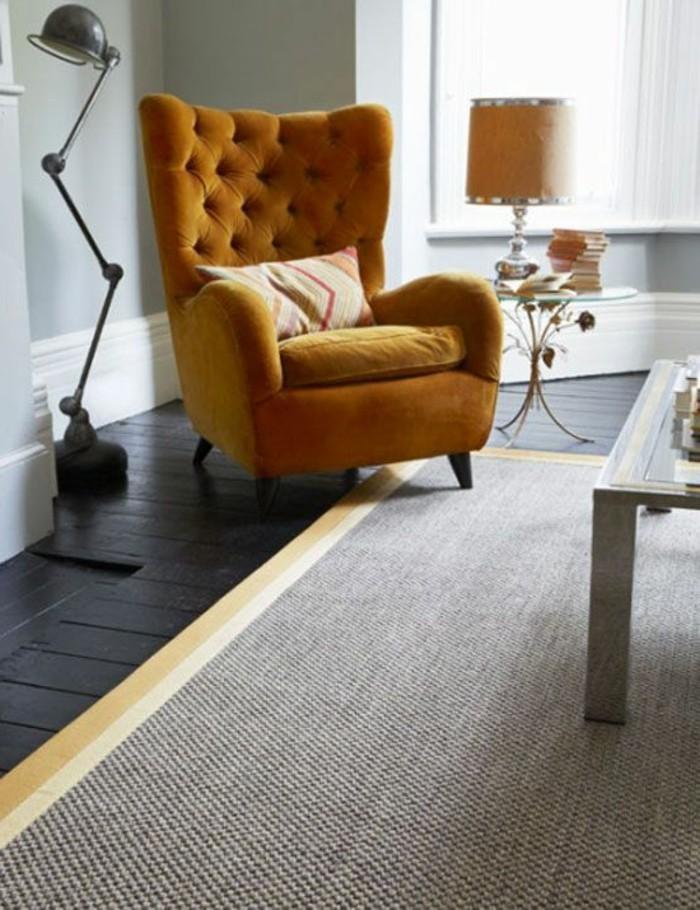 salon-jaune-et-gris-fauteuil-capitonné-et-tapis-couleur-neutre