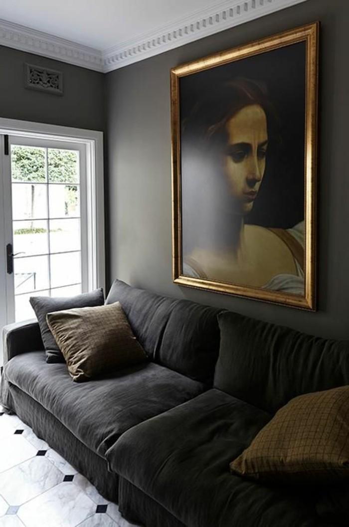 salon-moderne-gris-portrait-vintage-sofa-gris-confortable