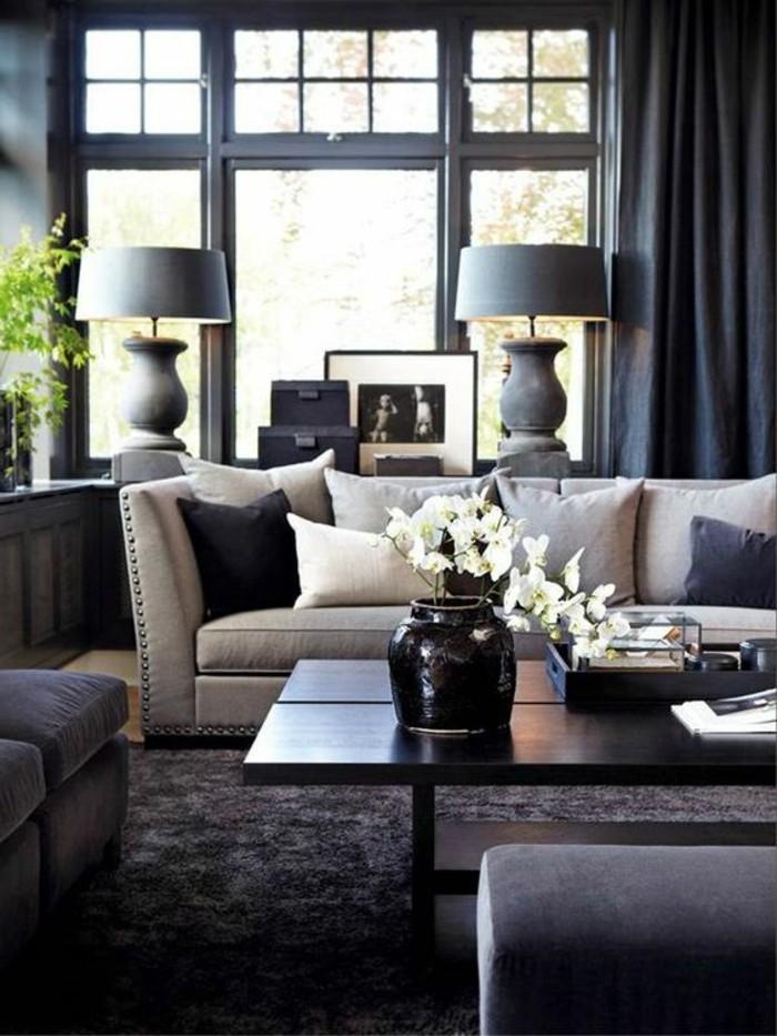 salon-moderne-gris-tapis-moelleux-sofas-gris-grande-fenêtre