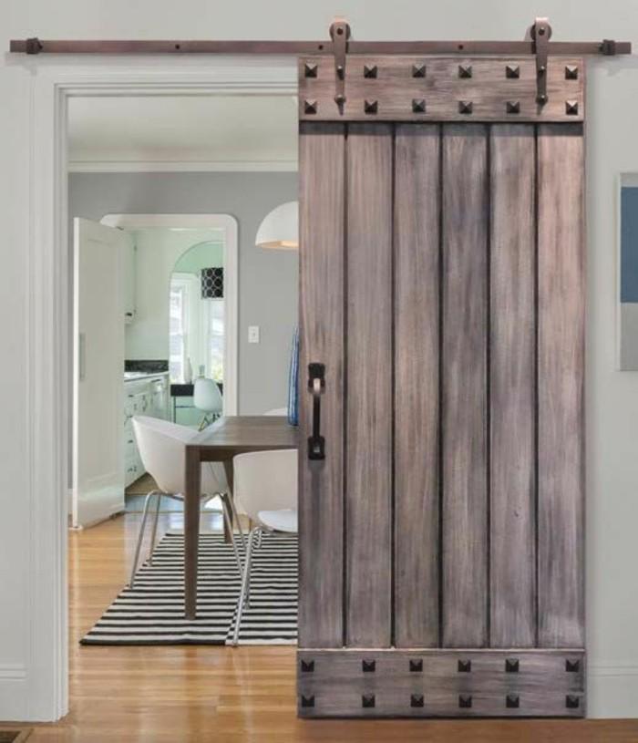 salon-scandinave-intérieur-blanc-parquet-clair-porte-de-grange-coulissante