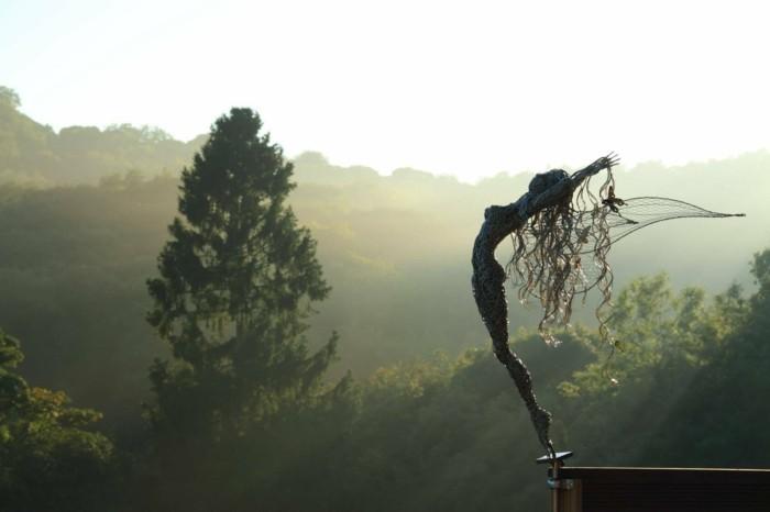 sculpture-en-fil-de-fer-liberte-feminine-figure-realistique
