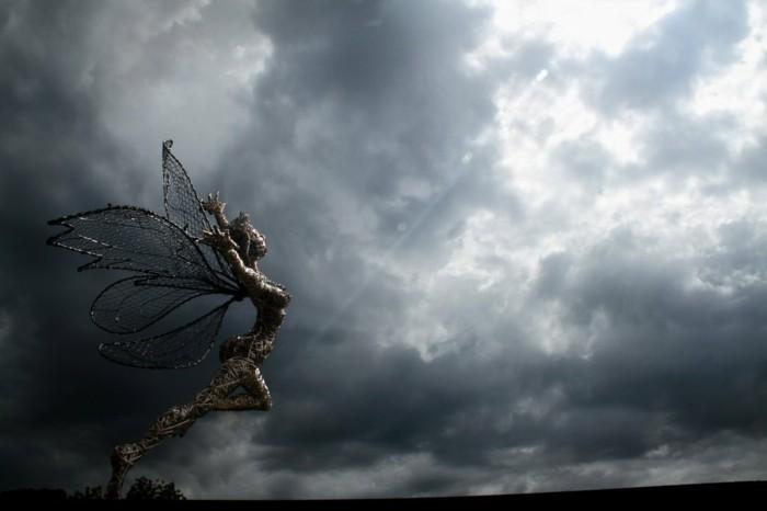 sculpture-en-fil-de-fer-nuages-tempete-paysage-mystique-ailes-deployees