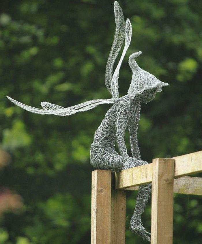 sculpture-en-fil-de-fer-un-garcon-qui-reflechis-en-plein-air