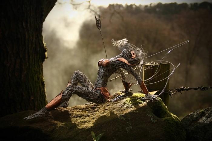 sculpture-en-fil-de-fer-une-femme-forte-blaissee-par-une-fleche